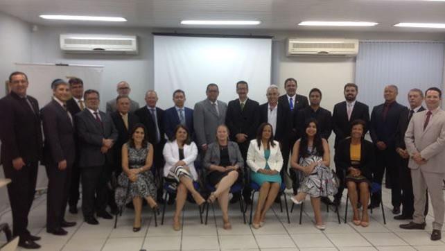 Na foto estão os membros eleitos para a nova diretoria e também o Conselheiro do CFC, Contador Carlos Henrique do Nascimento e a Diretora Executiva do CRCAL, Contadora Maria Francisca da Silva Araújo Filha (Selma)
