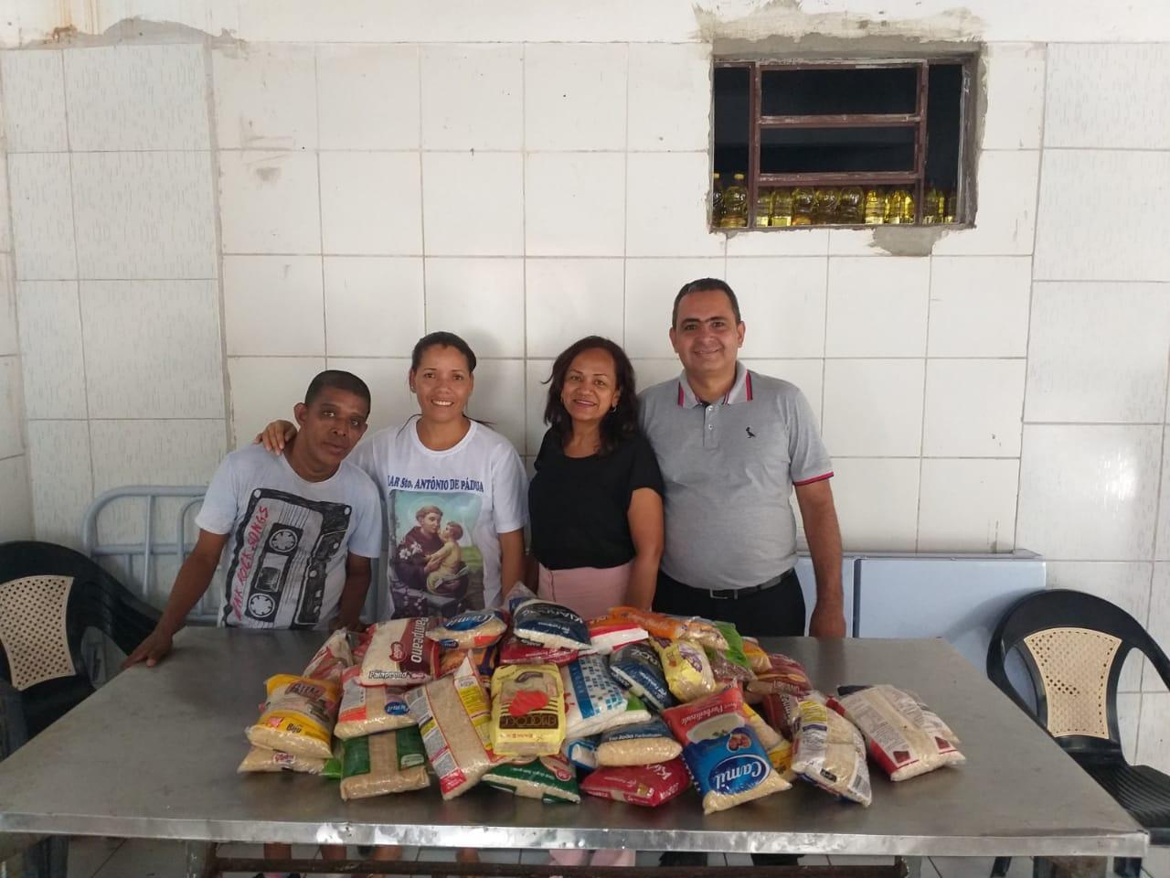 Coordenadora do PVCC doa alimentos arrecadados em eventos para o Lar Santo Antônio de Pádua